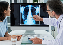 Doctors speaking about lung x-ray