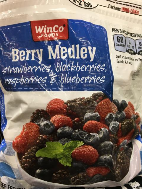 Front label, WinCo Foods Frozen Berry Medley, 32 oz.
