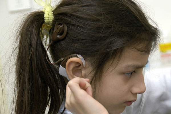 Cochlear implant worn by a child (600x400 JPEG)
